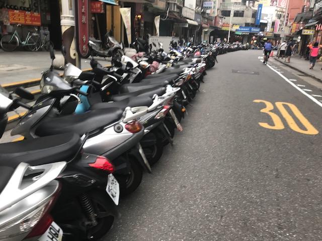 淡水バイクが並ぶ